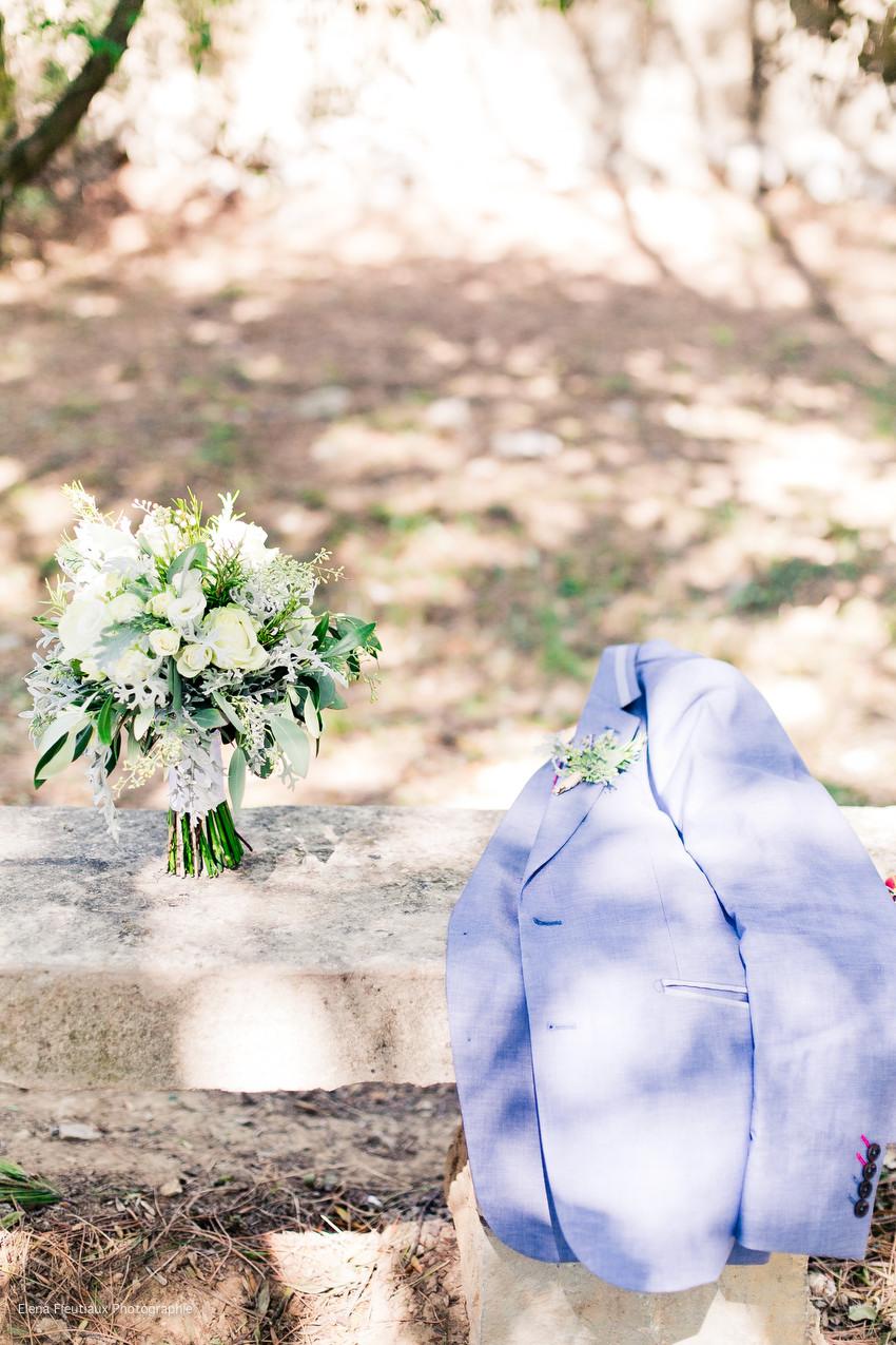 costume marié, bouquet de fleurs